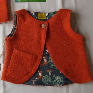 oranje-zakje-wollenvestje-peutervestje-peuter-kleding-100%wol-antroposofisch-maat86