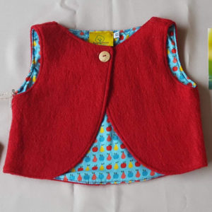 rood-wollenvestje-babyvestje-babykleding-100%wol-antroposofisch-maat68