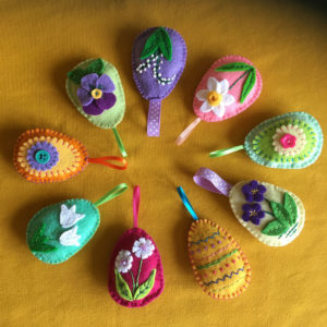 Paaseitje.pasen-paasfeest-eitje-vilt-voorjaarsbloem-narsis-paastak