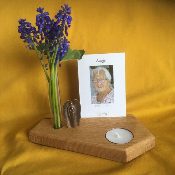 Kaarthouder-1-eiken-bloemenvaasje-herinnering-overlijden-dierbare-verdriet